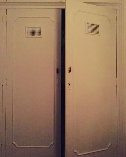 fragância de amor preso em um armário vazio sem roupas